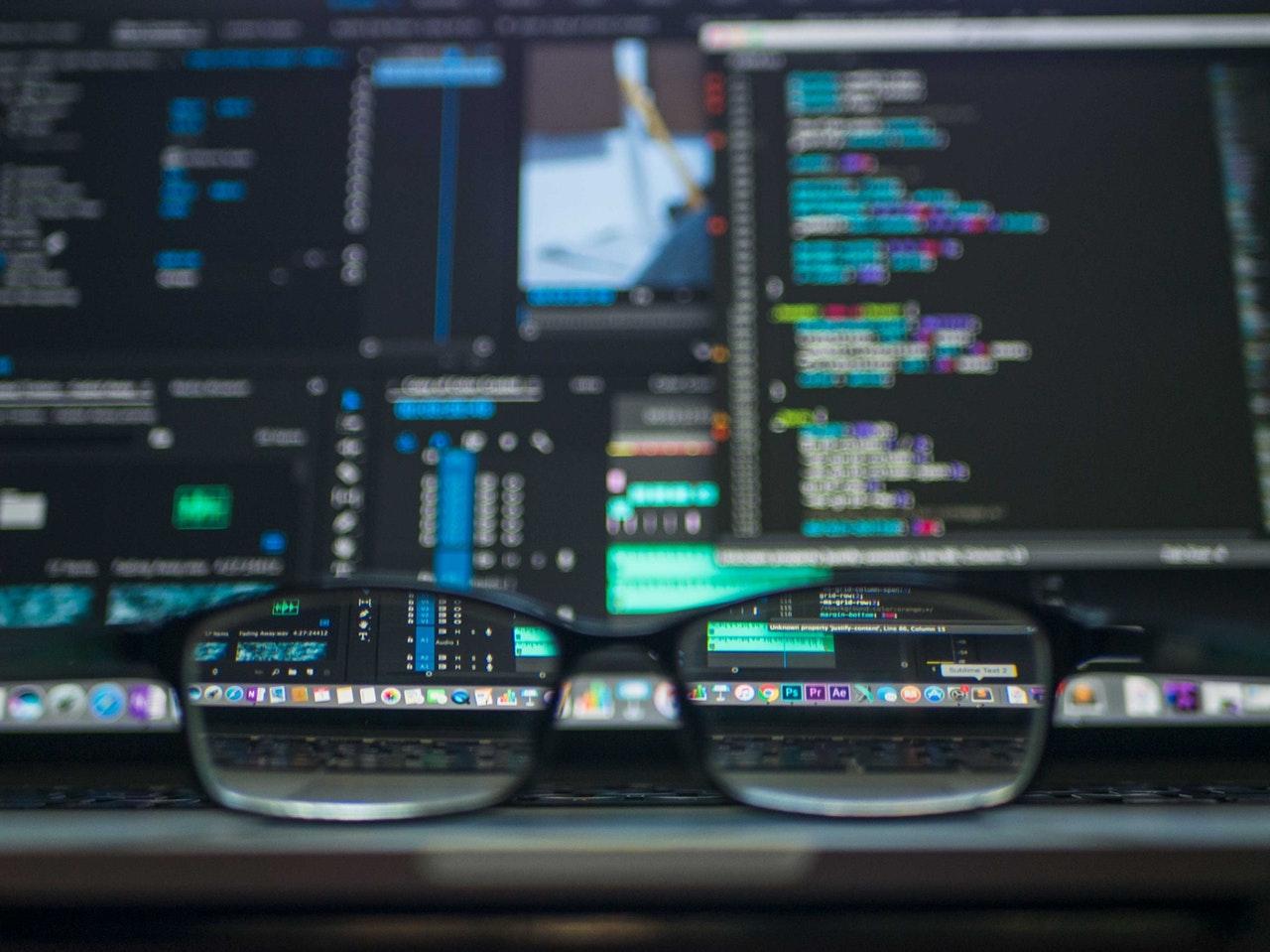 Glasögon framför dator